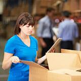 Vrouw bezig met inslag producten